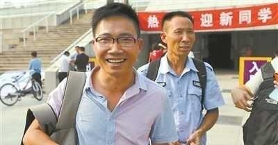 为圆清华梦他复读八次,被北大录取却不上,网友:高考疯子