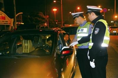男子没开车找交警测酒精遭拒后开着车再来测
