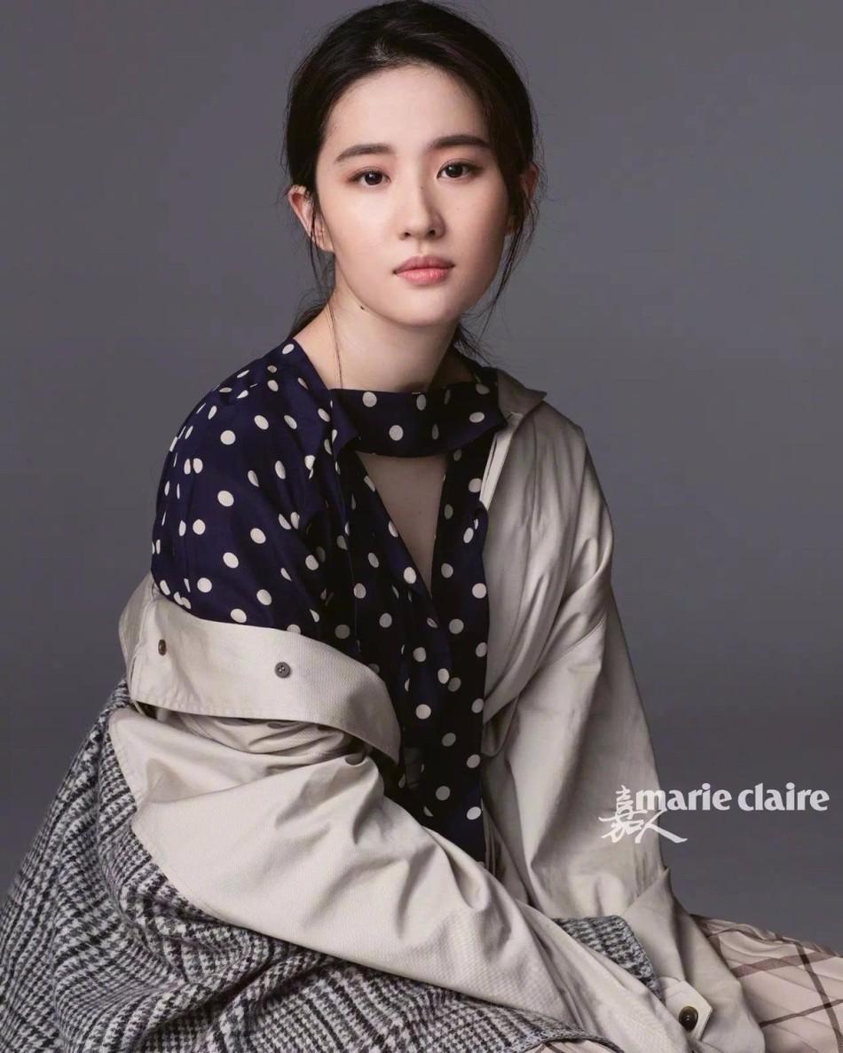刘亦菲为某杂志拍摄的封面及写真曝光,照片中,刘亦菲身穿多套服装,或