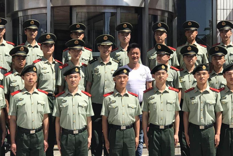 吴京来到武警北京总队慰问即将退伍的老兵