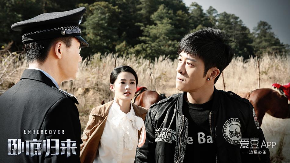 林申饰演的化装侦查员宝玉作为男主角,钻石耳钉搭配帅气黑皮衣,驾驶图片