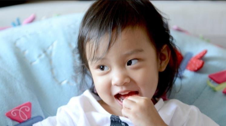"""<b>本以为李小璐女儿够美了,但看到杨幂5岁女儿,才懂啥叫""""神颜""""</b>"""