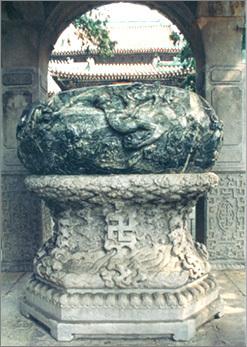 """2004年5月27日,北京北海公园团城,元代""""渎山大玉海""""前,亚洲珠宝联合"""