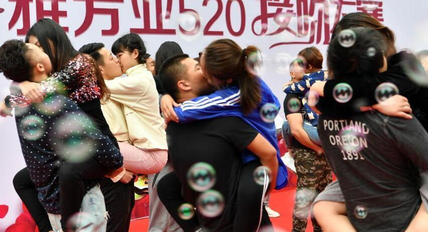 """""""520我爱你"""":河北情侣上演Kiss大比拼"""