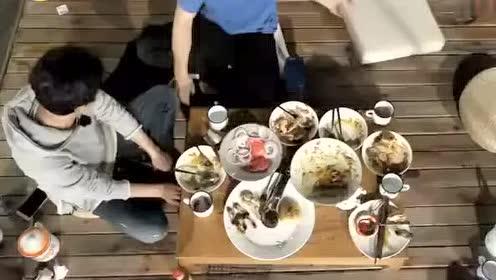 向往的生活 大张伟做客蘑菇屋 黄磊做了牛肉汉堡来款待他