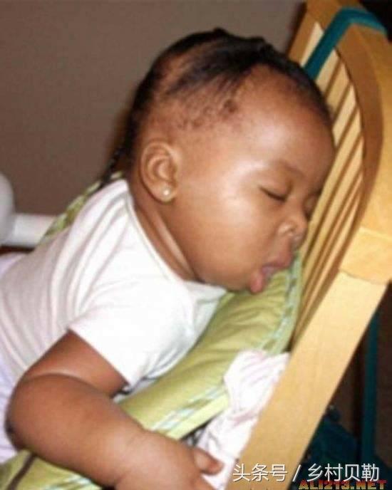 奇葩小孩子睡姿,最后一张太搞笑了,一定是在做梦娶媳妇!