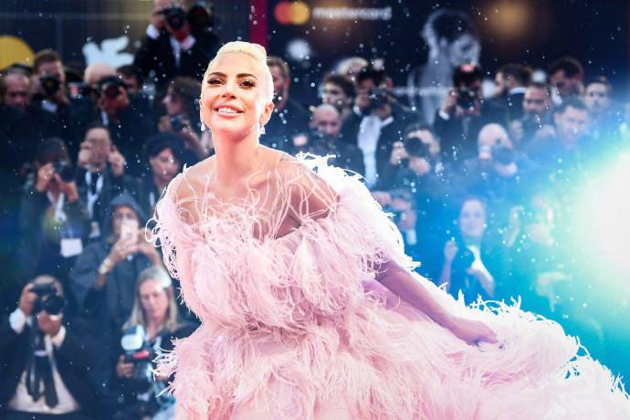Lady Gaga亮相威尼斯红毯巨星气场十足,粉色羽毛裙美爆了!
