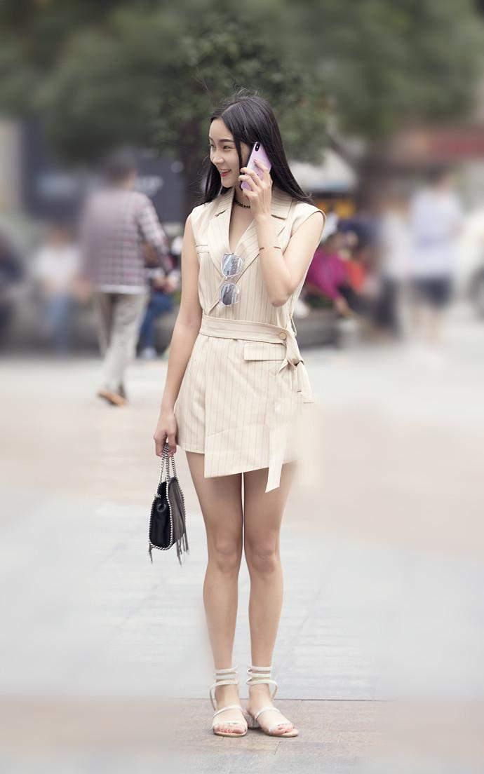 街拍:美女小美女穿姐姐热裤与v美女短裤对比,有平底罗马牛仔鞋的图片