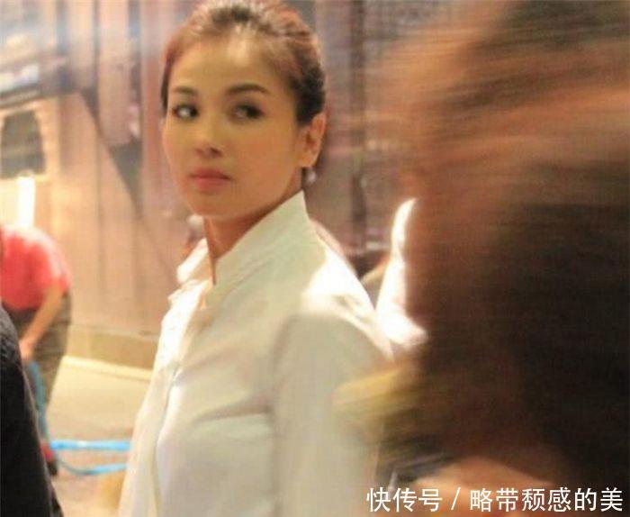 夜市偶遇刘涛,也谈不上多漂亮,就是比同龄人年轻一些!