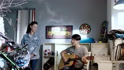 冰山乔植拿起吉他,万嘉玲倾听,这就是爱情最美的样子吧