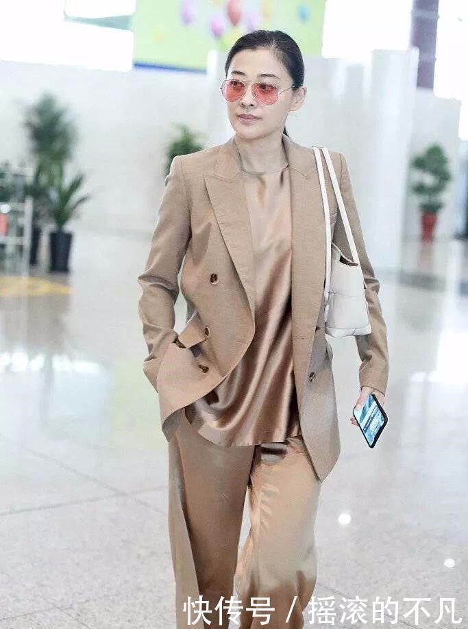 梅婷机场近照,别人穿短裤她穿厚西装扮酷,明星就是与众不同!