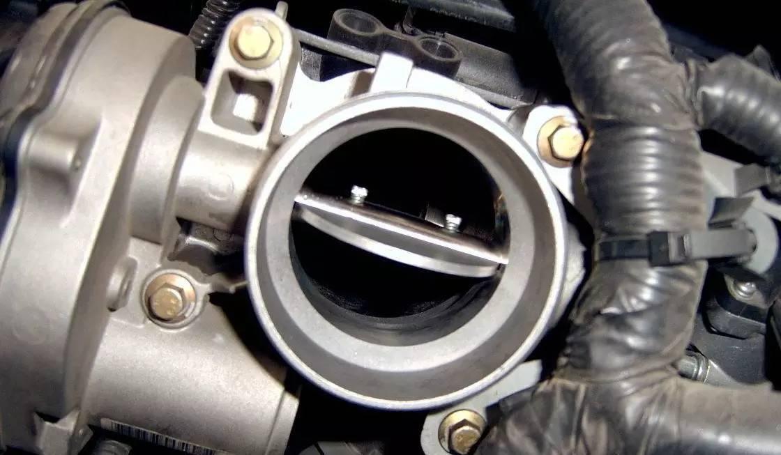 一般汽车都分为电子节气门(现在的车基本都用的这种)和拉线式节气门