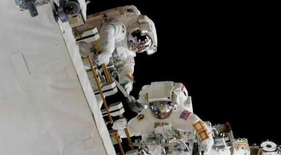 宇航员进行太空行走 为空间站更换电池