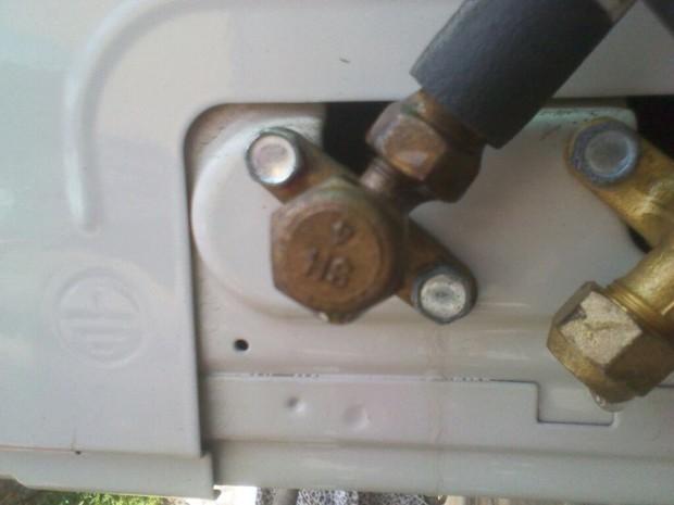 海尔空调外机主接管漏很多水为什么?(买来半个月)