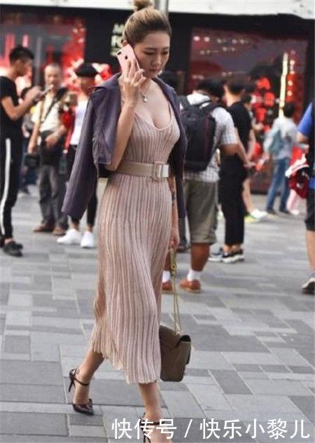 街拍:简洁大方的打底裤小姐姐,简约而不简单,凸显女神的魅力