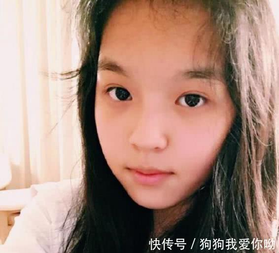 对于李咏这个名字,很多人都很熟悉吧。但是问起他的女儿叫做什么名字的时候。可能没有几个人能叫的出来吧。我就告诉你们吧,她的名字叫做法图麦李。是不是感觉有点怪,小编也不知道代表着什么寓意。  法图麦李于02年出生于北京,到现在的18年也只有16岁的年龄,所以说还是小仙女一个。李咏与哈文因为忙于工作,婚后10年都没有孩子。直到01年的时候,才有了要孩子的想法。李咏自爆与哈文婚后一直想当丁克家族,但是最后还是要了孩子。   法图麦李在小的时候,长相真的一点也不随李咏与哈文。网友们都吐槽到,颜值差别太大。主