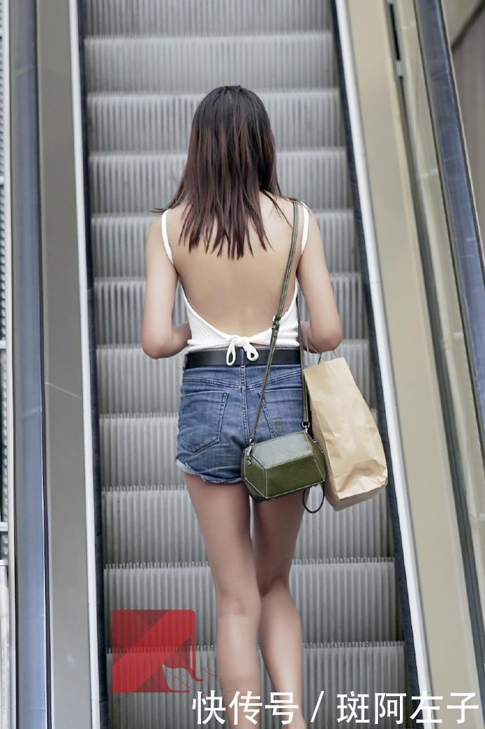 街拍:小姐姐深藏不露,穿条背心出门,转身的那一刻惊艳了插图(6)