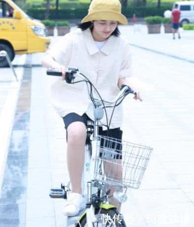 为练习a拍戏赞美老公的搞笑图片骑电动车,17岁张子枫表情太图片