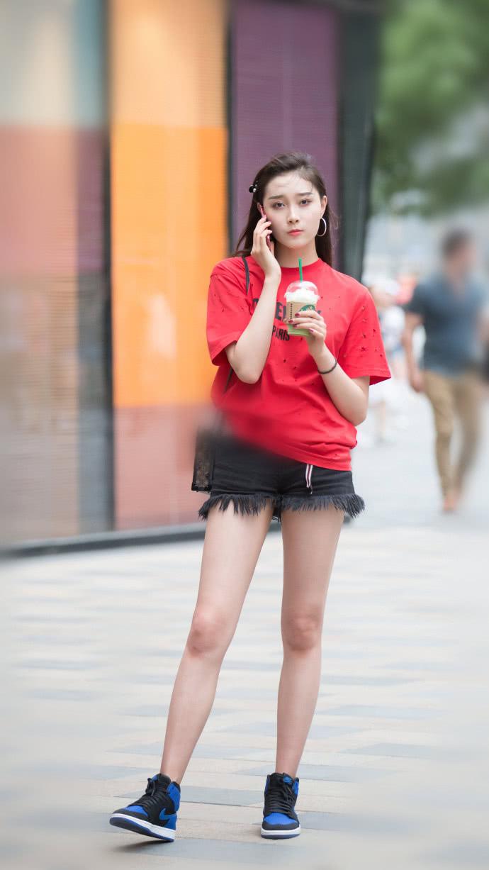 路人街拍:小姐姐们的穿衣打扮各显特色,彰显出时尚�@里的多样化!