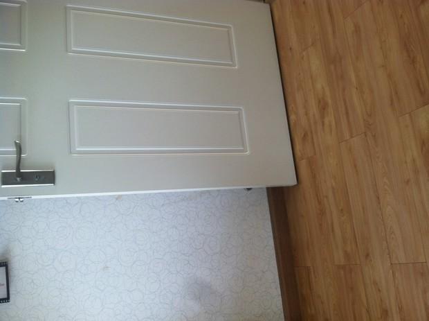 白色开放漆木门适合搭配什么颜色的地板?