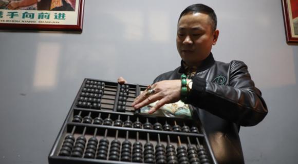 """男子收藏老物件4000余件 自建""""民间博物馆"""""""