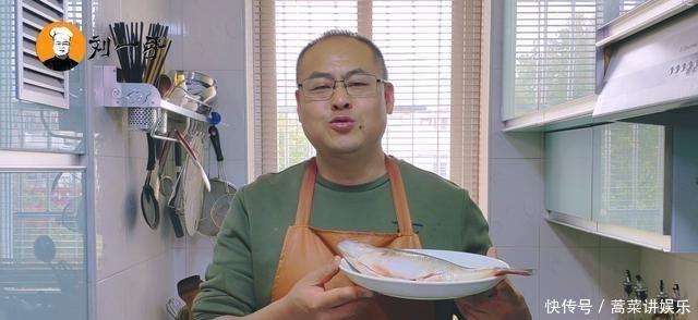 教你做锡纸焗鲈鱼,鱼肉鲜嫩多汁,没有一点腥味,新手看完也会!