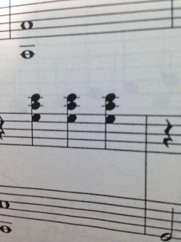 低音谱表上下两个都是 上加一线 的音符,应该弹