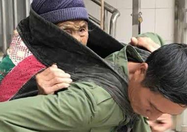 孝子用幼儿带背8旬母看病 已坚持7年