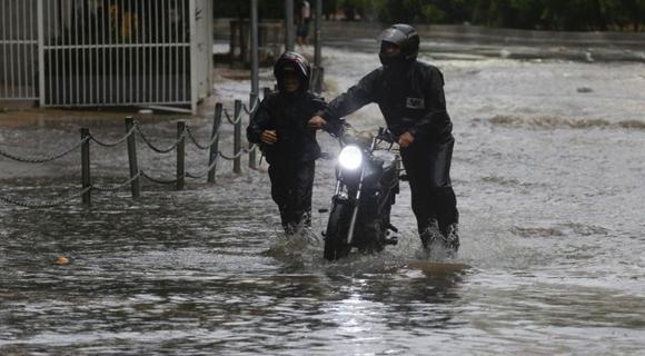 巴西圣保罗遭遇洪水袭击 街道变河道