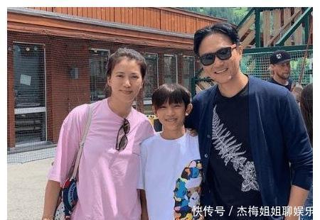 袁咏仪带12岁儿子逛街,看见镜头双手插兜摆酷,网友:男版靓靓