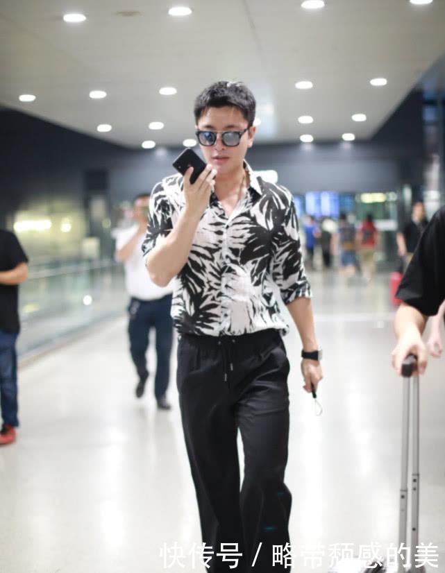 贾乃亮身穿印花衬衫搭配黑色西裤帅气有型满满的霸道总裁范