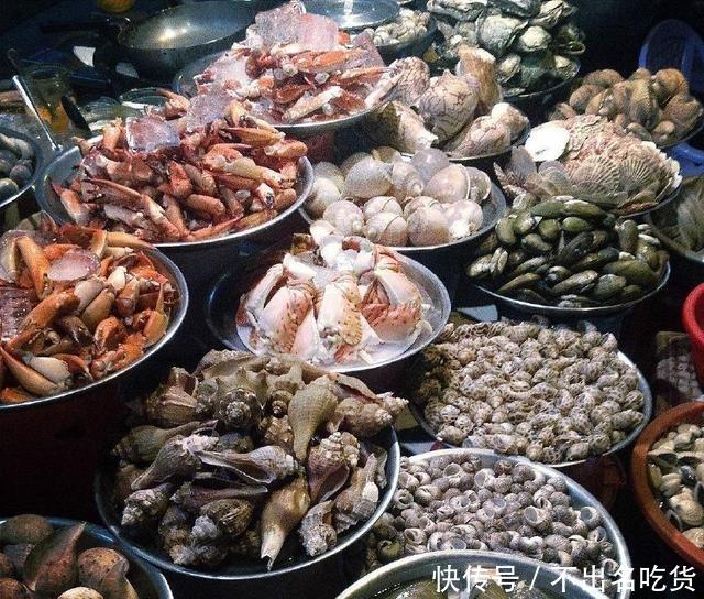 在越南逛海鲜市场,买了5斤青蟹6斤鱿鱼,结账时愣了算错了吧