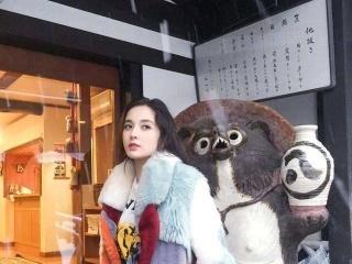 古力娜扎穿拼接彩色毛绒大衣在站在雪中景美人更美