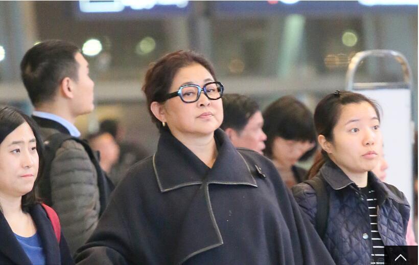 倪萍的身体怎么了?才59岁就需要两人搀着走