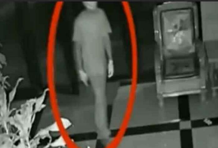 女孩晚上看店忘记锁门监控拍下惊恐一幕