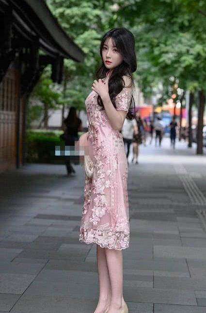 街拍:一貌倾城的美女,一条粉色的蕾丝连衣裙,时尚优雅女神风采
