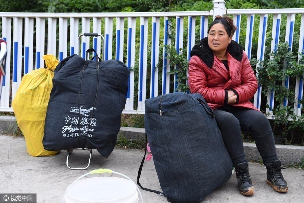 【转】北京时间       春运艰辛回家路:他在五个大行李包中间打起哈欠 - 妙康居士 - 妙康居士~晴樵雪读的博客