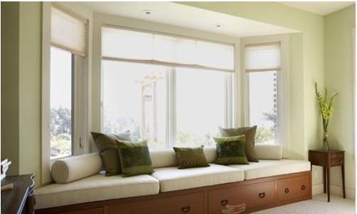 一、飘窗的大小    首先要根据飘窗的空间大小、采光及室外景观等实际情况而定。飘窗的进深一般是600mm以上,长度会根据房屋采光和日照的强度来设计,约在1200mm以上。如果有窗台,窗台一般不会太高,如果是落地窗,落地窗的高度会在2200mm左右。一般采用全落地设计,大多将飘窗正对园景或者江景,作为观景场所,其在室内设计中不用多做改动,只搭配圆台和一两把椅子(椅子装修效果图),作为一个休闲区就已足够。   二、飘窗的材质    由于冬天室内外温差很大,飘窗处会有冷凝水出现,要避免所用材质因受潮而变形。台面