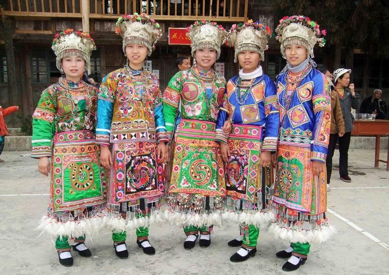 苗族男装的色彩和装饰较单调,不及女装鲜艳与丰富.