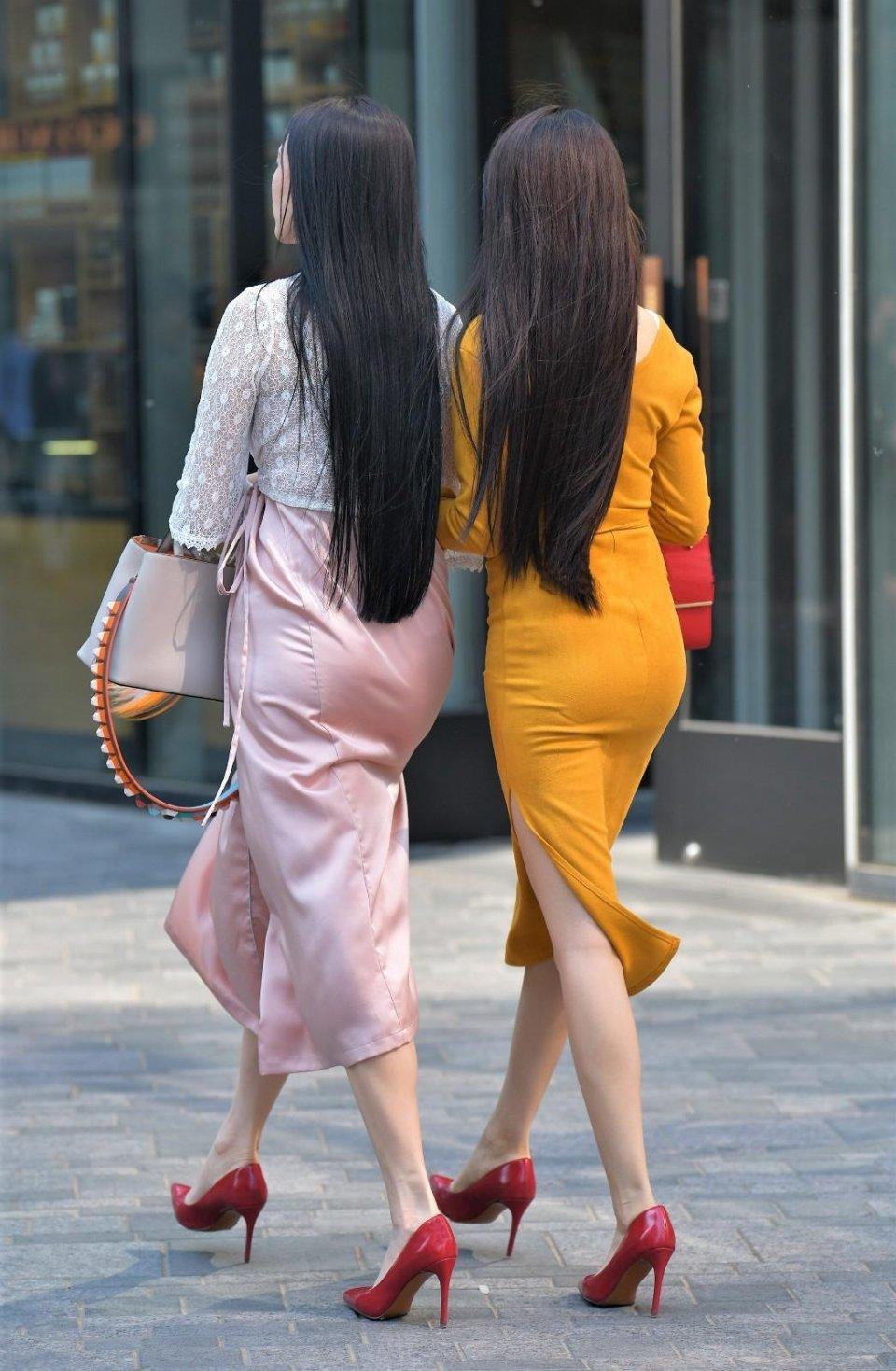 街拍美女:包臀裙、连衣裙,这姐姐小美女,a美女又晚礼服的两个图片