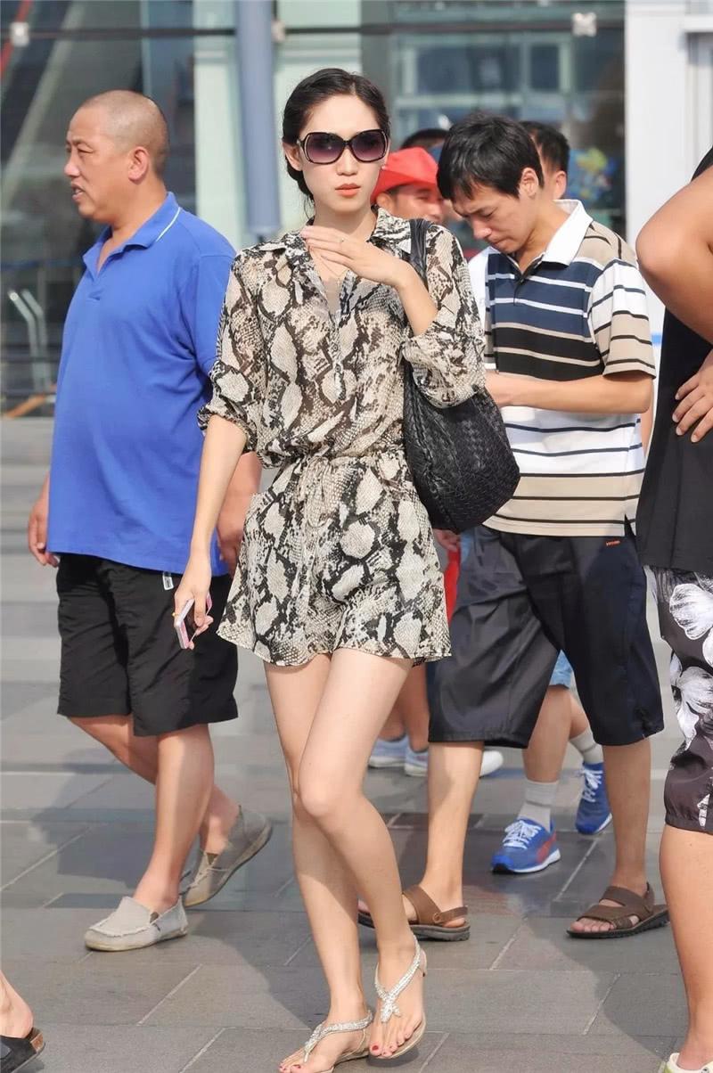 路人街拍:戴墨镜的盘发小姐姐,一袭连衣裙穿出高级范!