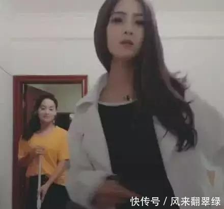 宿拍:女大学生宿舍开直播,黄衣服小姐姐误入镜头火了