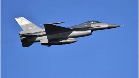 台媒曝光:台空军4架F-16战机抹掉涂装,凌晨密飞美国