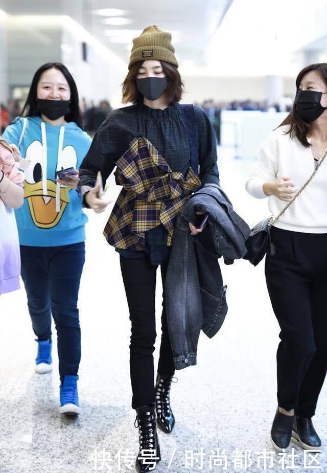街拍:图1王丽坤会玩,上衣还贴了格纹布?图2穿丝袜的短裤美女
