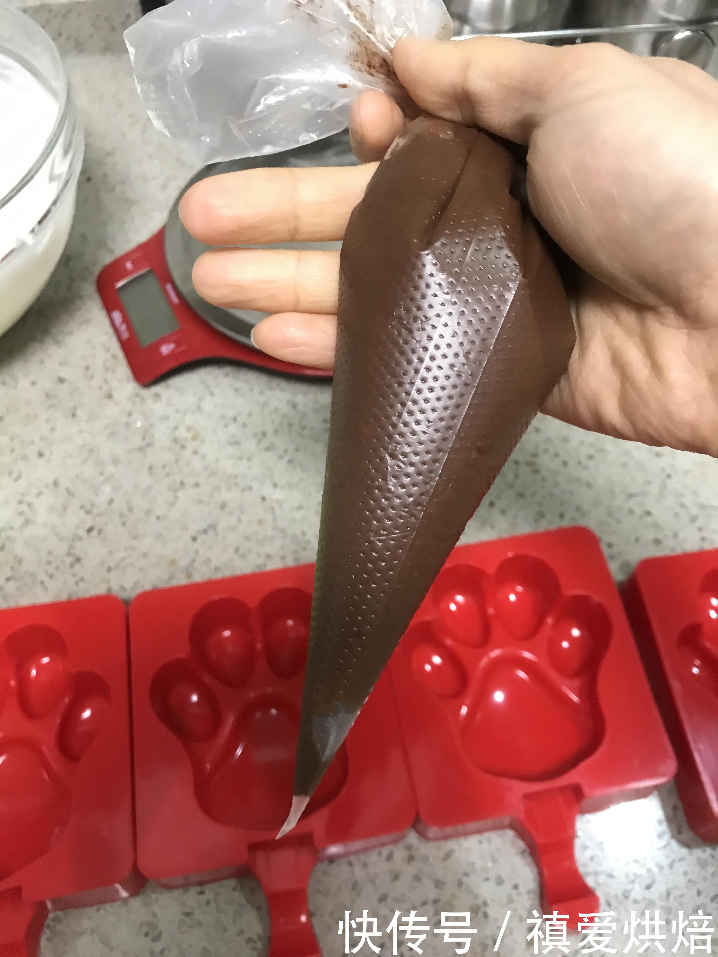吃!可是一件不容小觑的大事好么?能吃又会做更是一件了不得的事情呢!夏天来了,又可以大展身手自制雪糕冰淇淋了。其实真的超级简单,没有那么难做,自己制作的雪糕没有添加剂,大家不妨跟着我的步骤试一试。  材料: 淡奶油250克 细砂糖 15克 酸奶 125克 巧克力 25克  用具:硅胶刮刀,玻璃碗,手动打蛋器,电动打蛋器,硅胶雪糕模具  制作过程: 1.