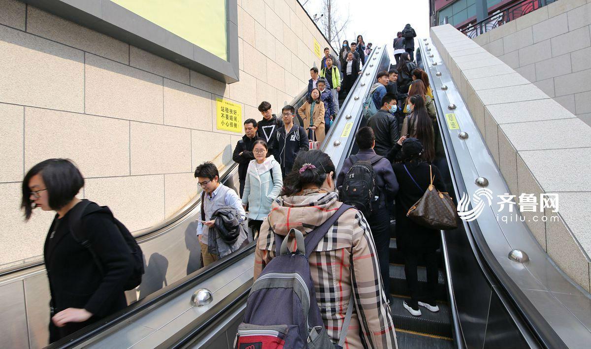 图为青岛火车站内,旅客在候车室等待上车. 图为即将登上火车的旅客.