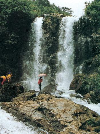 一谷: 青山绿水,丹霞地貌,国家级水利风景区的麻源三谷.