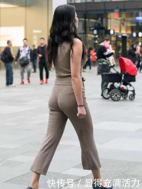 <b>街拍:温柔魅力的小姐姐,大长腿十分亮眼,傲人身材不一般</b>