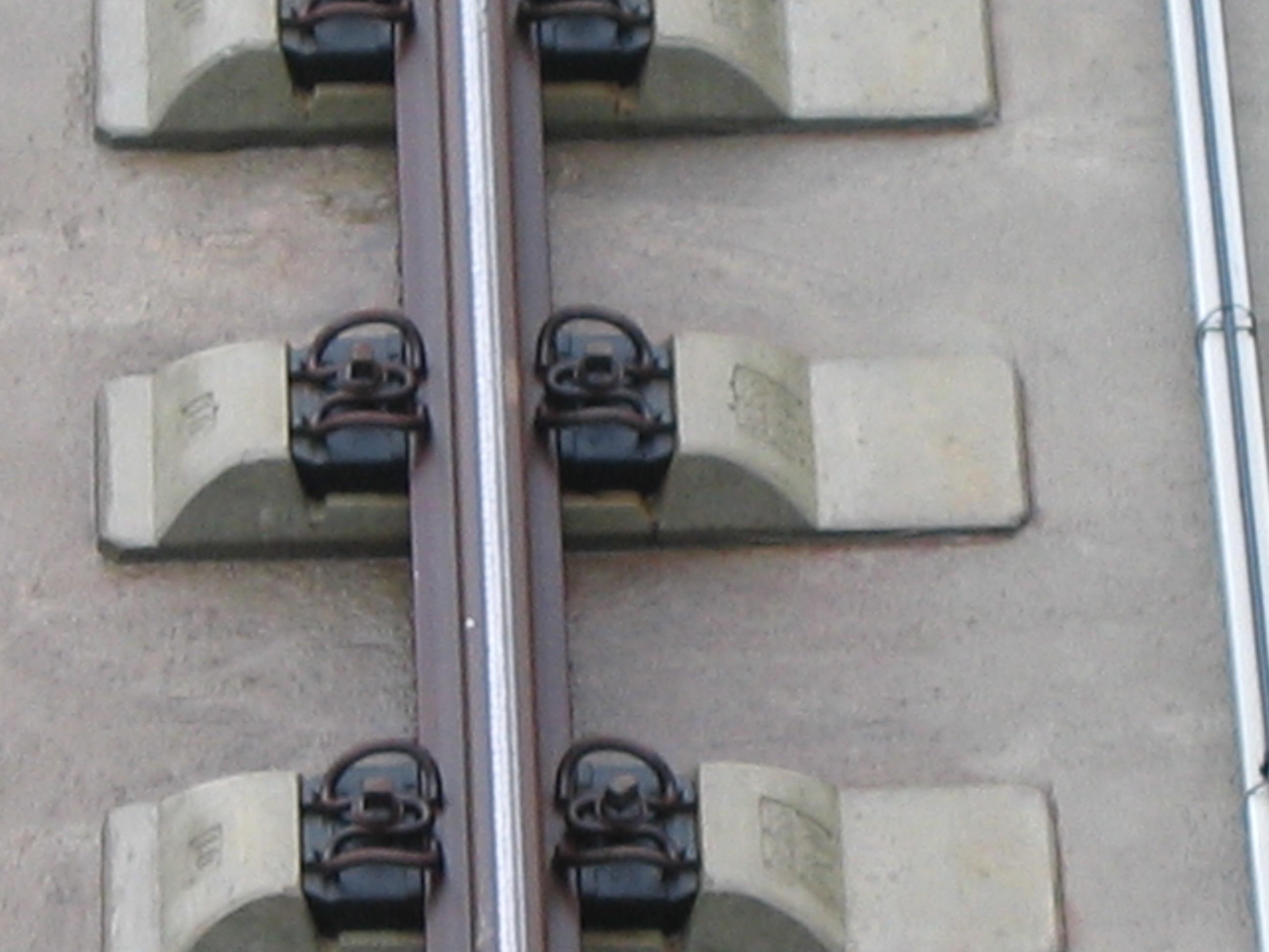 分别卸在线路轨道的两侧