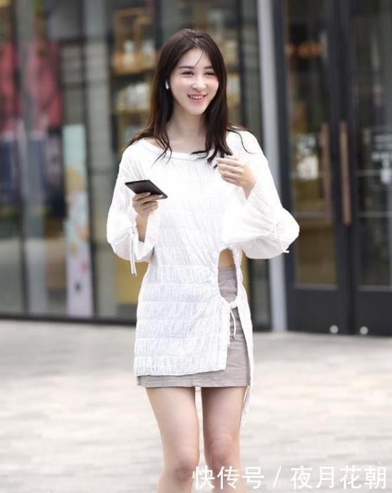 街拍:笑容甜美的美女,一件白色上衣配灰色短裙,时尚清爽靓丽美